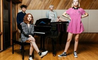 Human Living Girl - The Regrettes: mujeres reales
